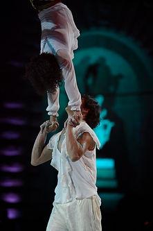 PRESE ACROBATICHE MANO A MANO: Equilibrio e Forza danno vita a un bilanciamento di corpi entusiasmante in un passo a due di acrobalance. Uno spettacolo acrobatico unico nel suo genere.