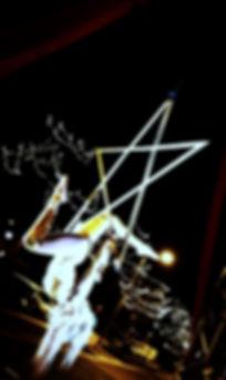 danzatrice volante acrobata sulla stella ballerina trapezista circo circense spettacolo