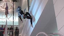 danza verticale danza aerea sospesa vertical dance acrobati aerei SPETTACOLO FUTURISTICO SPAZIO ALIENI FUTURO ACROBATICO SHOW LED LASER