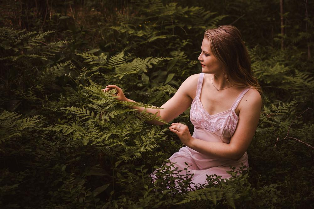 Boudoirkuvaus luonnossa Kuva: Suvi Helmi Photography