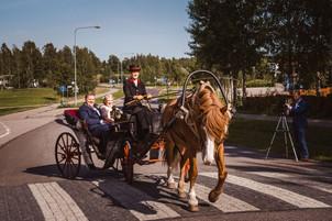 Häät Tuusula Villa Tammikko Fjällbon puisto hääkuvaaja Tuusulan kirkko hevoskyyti hääkyyti hevosella