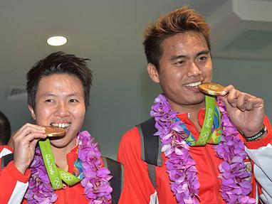 Kenapa Sih Para Atlet Olimpiade Sering Banget Pose Gigit Medali Kalo Menang?
