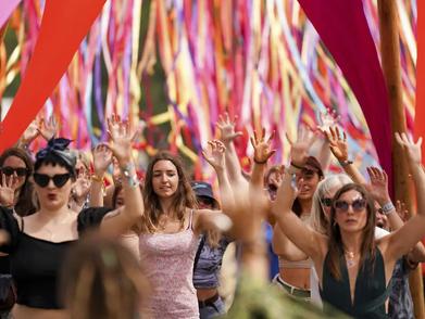Ini Dia Potret Warga Inggris Yang Serbu Festival Musik Seusai Lockdown