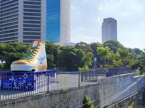 Tiba-Tiba Ada Sepatu Raksasa Di Jakarta. Ada Apa Sih?