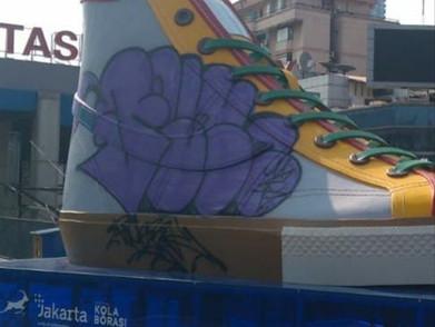 Instalasi Sepatu Raksasa Di Jakarta Jadi Korban Vandalisme
