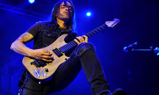 EXTREME Guitarist NUNO BETTENCOURT : 'We Have Mounds of Songs Ready to Go'