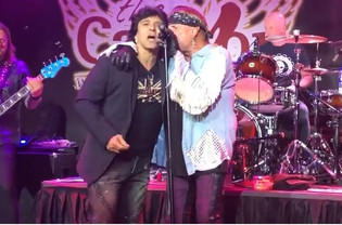 Former GREAT WHITE Singers JACK RUSSELL And TERRY ILOUS Perform 'House of Broken Love'