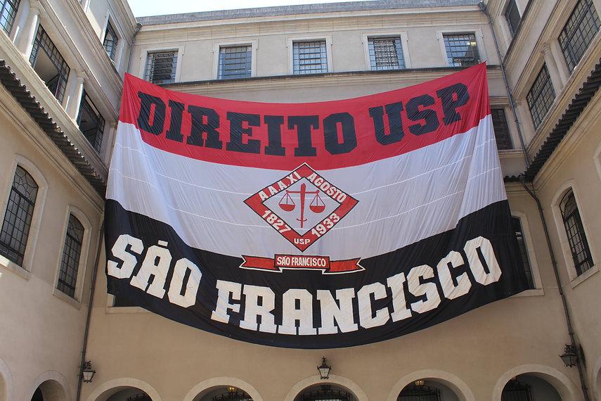 Bandeirão da Atlética XI de Agosto pendurado no pátio da faculdade.