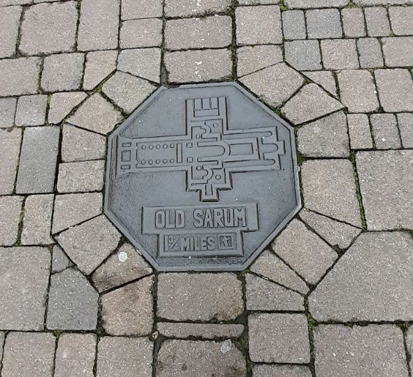 Information plaque set in the pavement