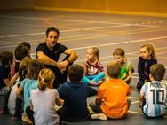 Freddy Nock, Hochseilartist, unterrichtet Kinder in Balance