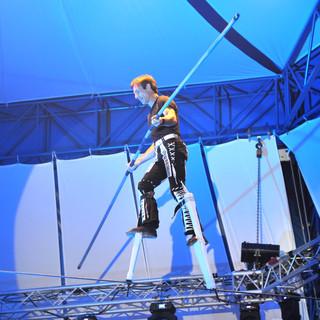 Hochseil Show modern, Freddy Nock auf Stelzen