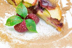 tarte-aux-pommes-avec-la-framboise-rouge-de-frut-clafoutis-110487017_edited.jpg