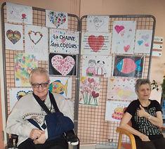 René Sourire et Marie-Christine devant le panneau des coeurs