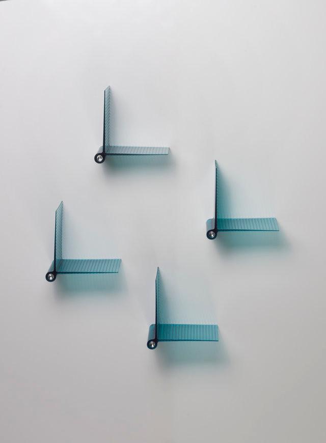 מדפי פלסטיק כחולים-שקופים בעיצוב פטריסיה אורקיולה, מהקולקציה החדשה של Kartell.jp