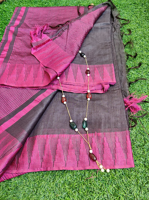 Dark pink saree with semiprecious neckpiece