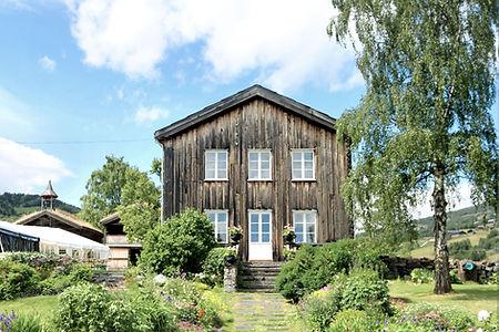 Prestgarden i Vågå. En hage med gamle historiske hus fra 16 - 17 og 1800-tallet, med en vakker hage gjort etter slik den var på slutten av 1700-tallet da Christine Storm Munch bodde der.