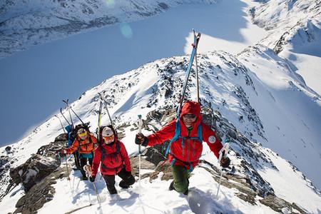 Bli med på guidet turtil Besseggen på vinterstid med Gjendeguiden. Book deg et opphold på Vågå Hotel, med tur til Gjende.
