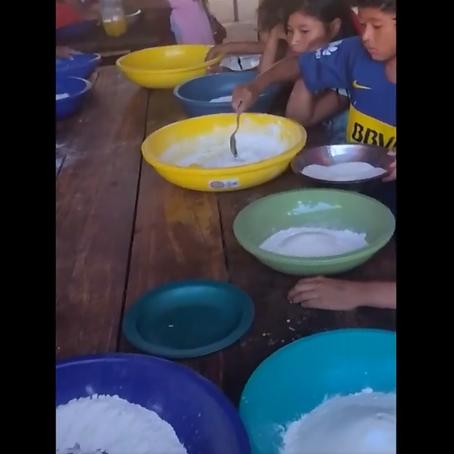 Las niñas y niños de la comunidad indígena Mbya Guaraní en el taller de panadería de la Escuela Bili