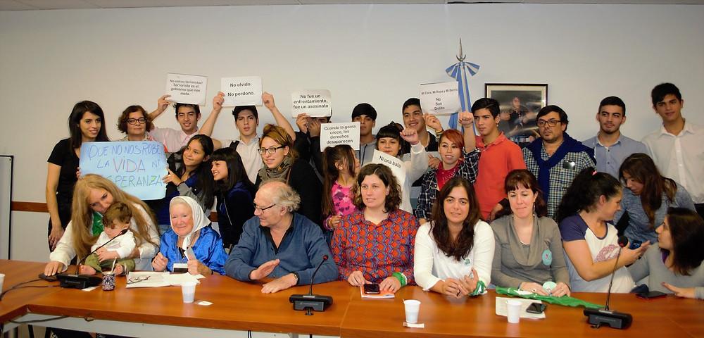 Adolfo Pérez Esquivel y Nora Cortiñas junto con organizaciones sociales preocupadas por los derechos de la niñez en conferencia de prensa en el Congreso de la Nación (11 de mayo de 2018).