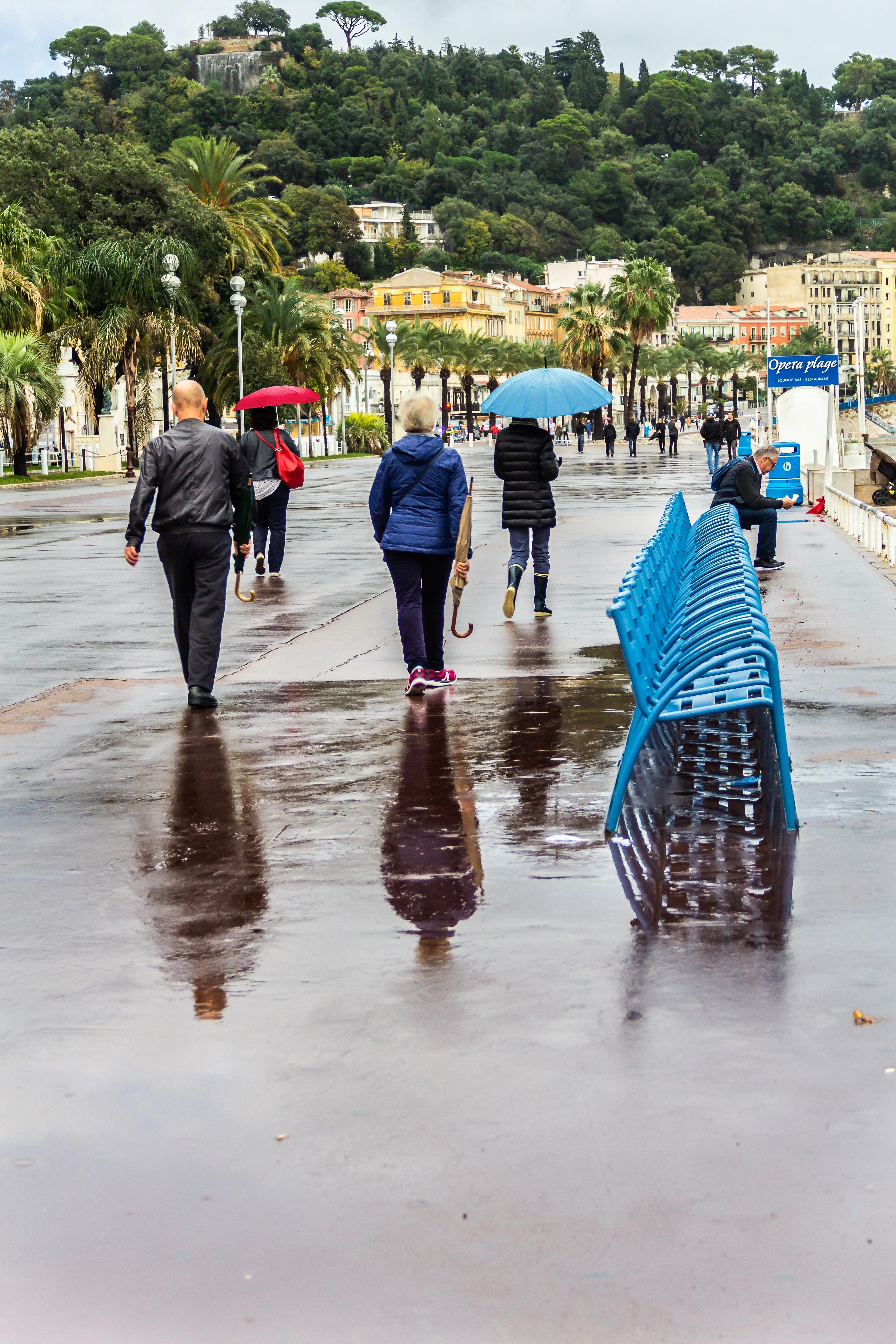 Passants sous la pluie