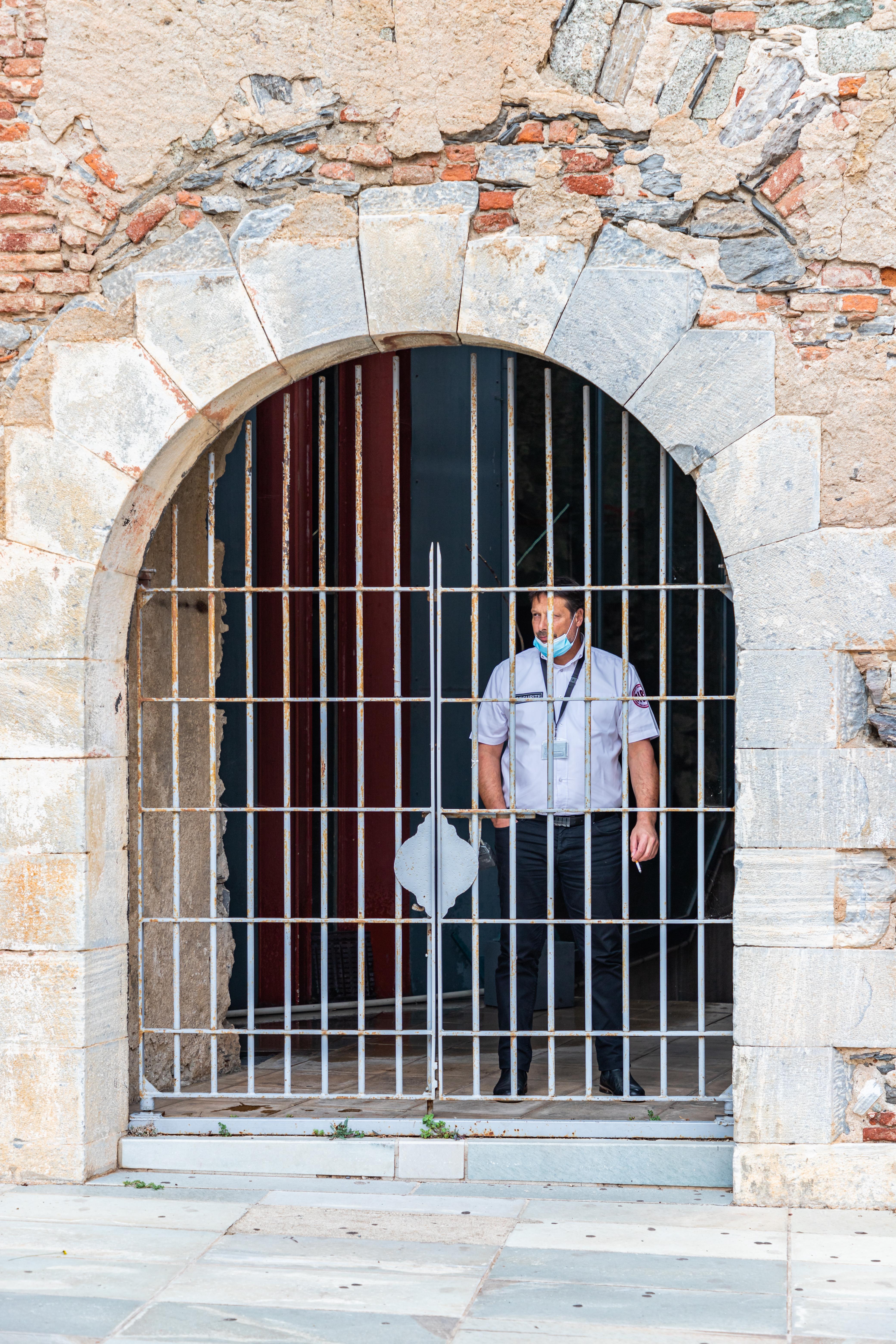 Homme en cage
