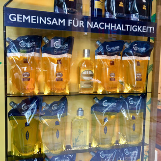L'Occitane in Zug advertizes its packaging new program