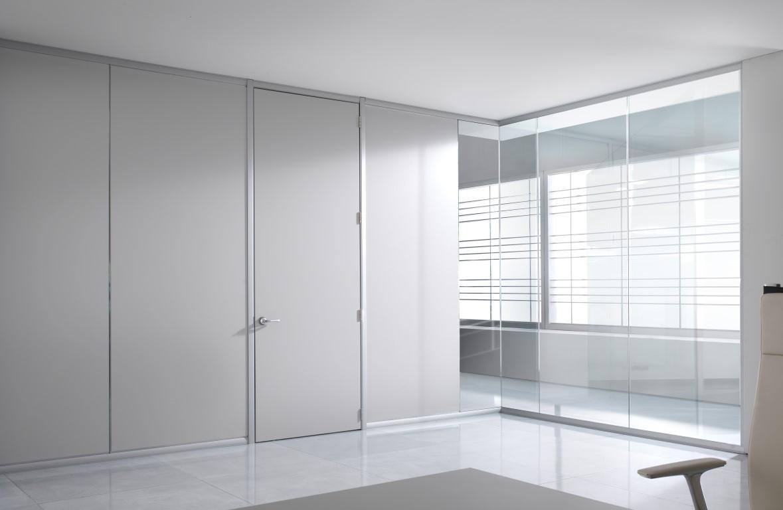 Drzwi  w ściance działowej z paneli.