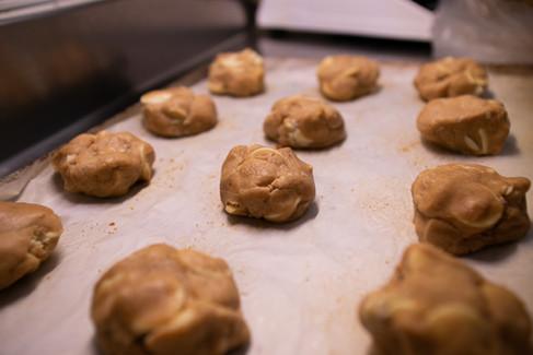 Trozos de masa para hacer galletas