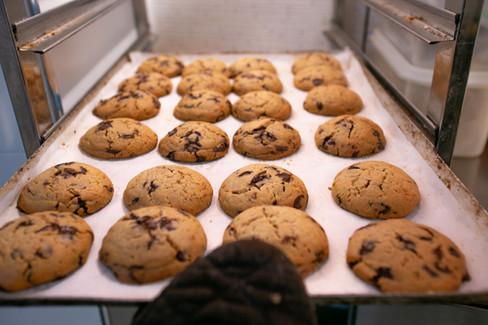 Bandeja de galletas recién hechas