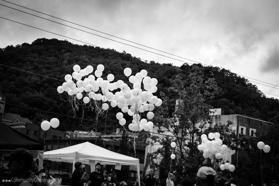 Releasing baloons in honor of those fighting cancer