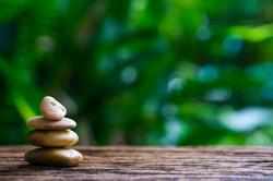 balance-zen-stones-wood-with-green-natur