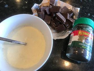 Varm opp fløten og smelt sjokoladen og kaffen