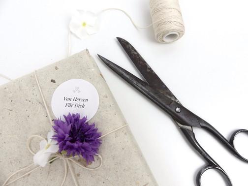 nachhaltige Geschenkverpackung: Blütenpapier als Geschenkpapier