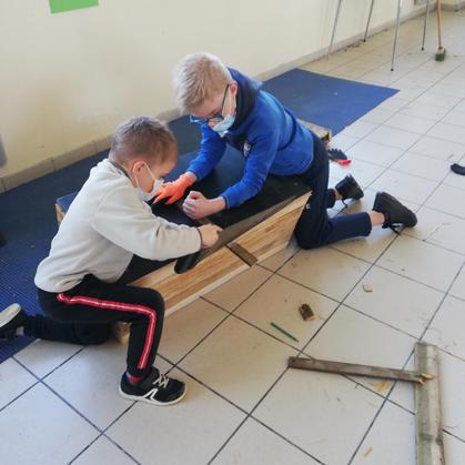 Les enfants montent le poulailler