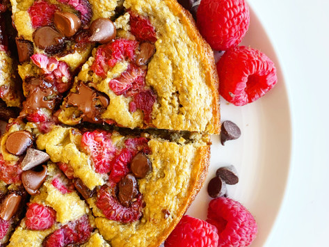 RASPBERRY AND DARK CHOCOLATE PROTEIN OAT LOAF