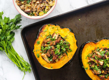 VEGGIE SAUSAGE AND MUSHROOM STUFFED ACORN SqUASH