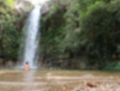 Crianças nadando na Reserva do Abade água gelada