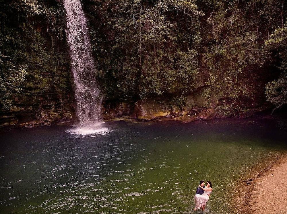Casal de noivos fotos para casamento na Cachoeira do Abade, Pirenópolis, Go