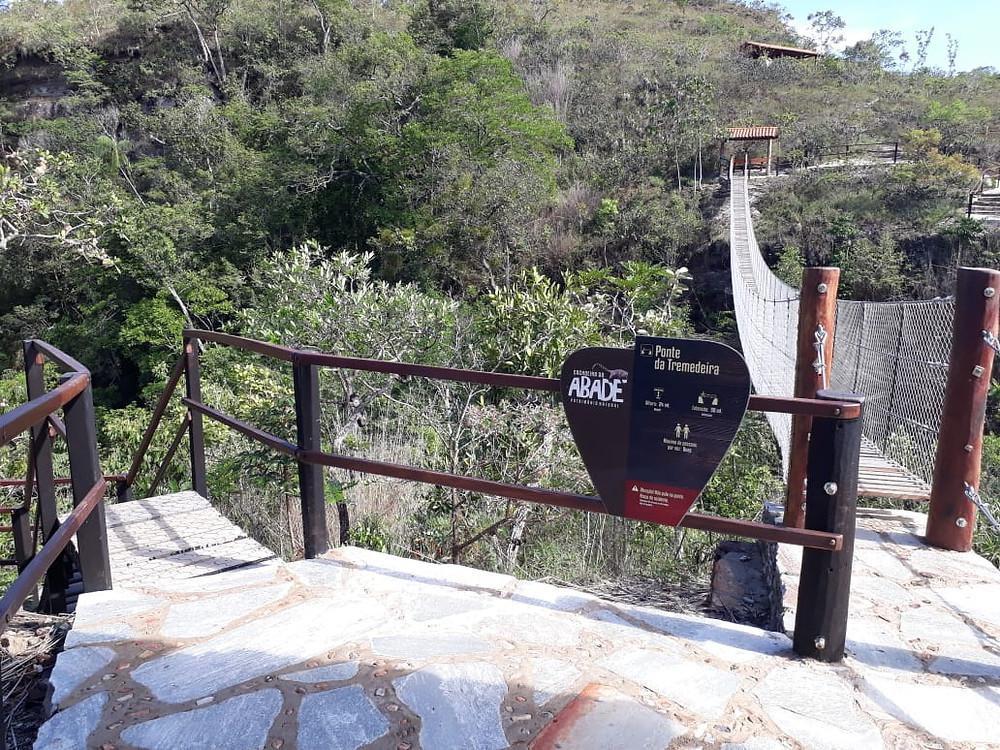 Placa da Trilha do Vale: ponte pensil na Cachoeira do Abade