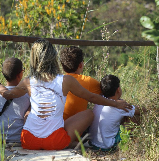 Familia aproveitano a trilha na Reserva do Abade