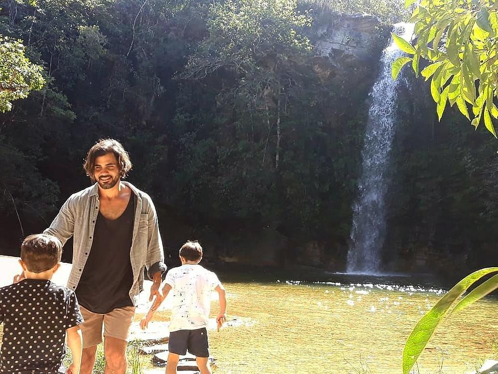 Ator Juliano Cazarré na Cachoeira do Abade em Pirenópolis, Go com seus filhos