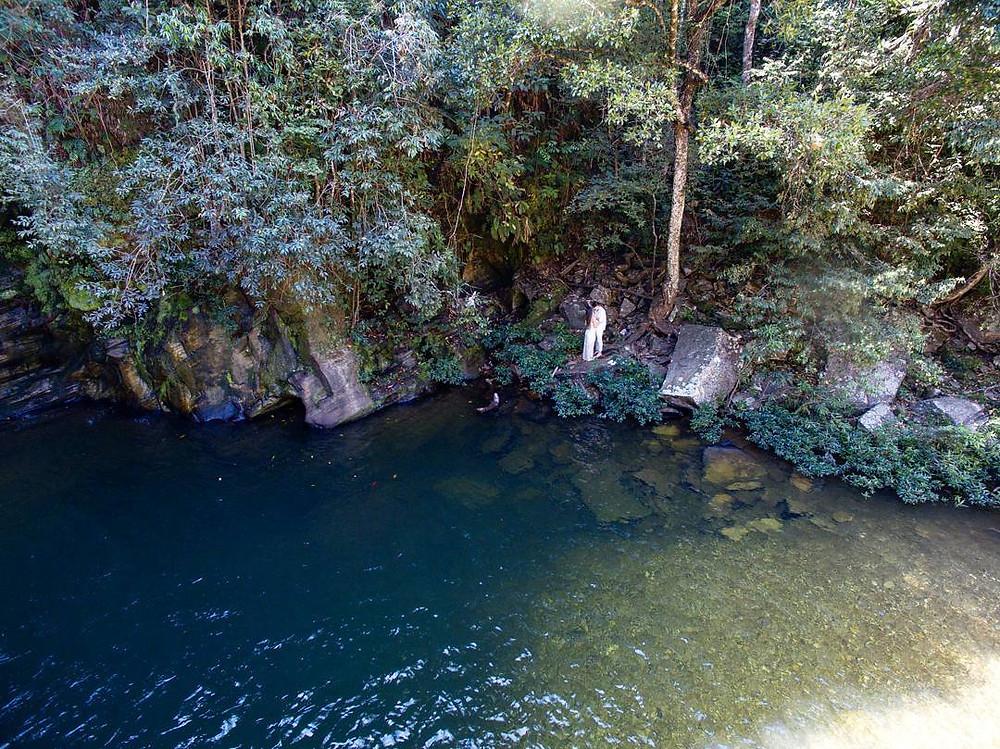 Casal as margens da Cachoeira em Pirenópolis, Goiás