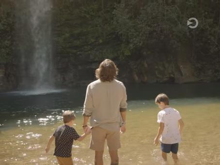Cachoeira do Abade é cenário de novo comercial das sandálias Cartago com Juliano Cazarré