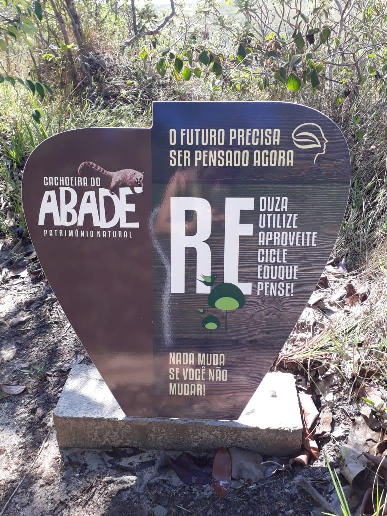Placa da Trilha do Vale na Cachoeira do Abade indica cuidados com a natureza