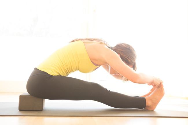 pose de yoga com bloco