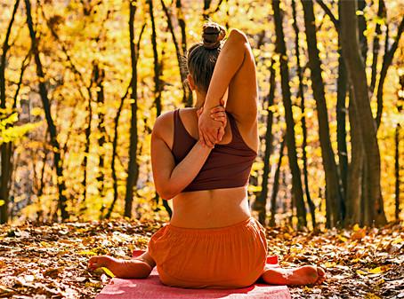 Yoga e bem-estar no outono
