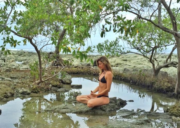 Gisele meditando na Costa Rica