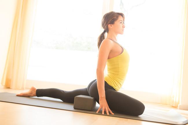 pose de yoga pombo com bloco