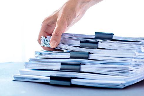 maos-tocando-o-papel-de-escritorio-empil
