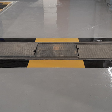 Mechanical rolling road with safety markings